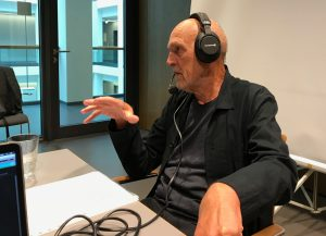 Prof. Höltje beim podcasten mit Headset