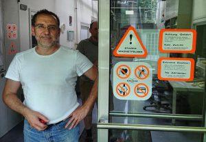 Dr. Peter Schmieder im Eingang des Gebäudes des FMP, das die NMR-Spektrometer beherbergt.