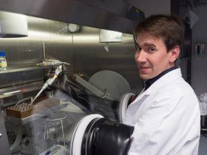 Dr. Florian Kloß im Labor.